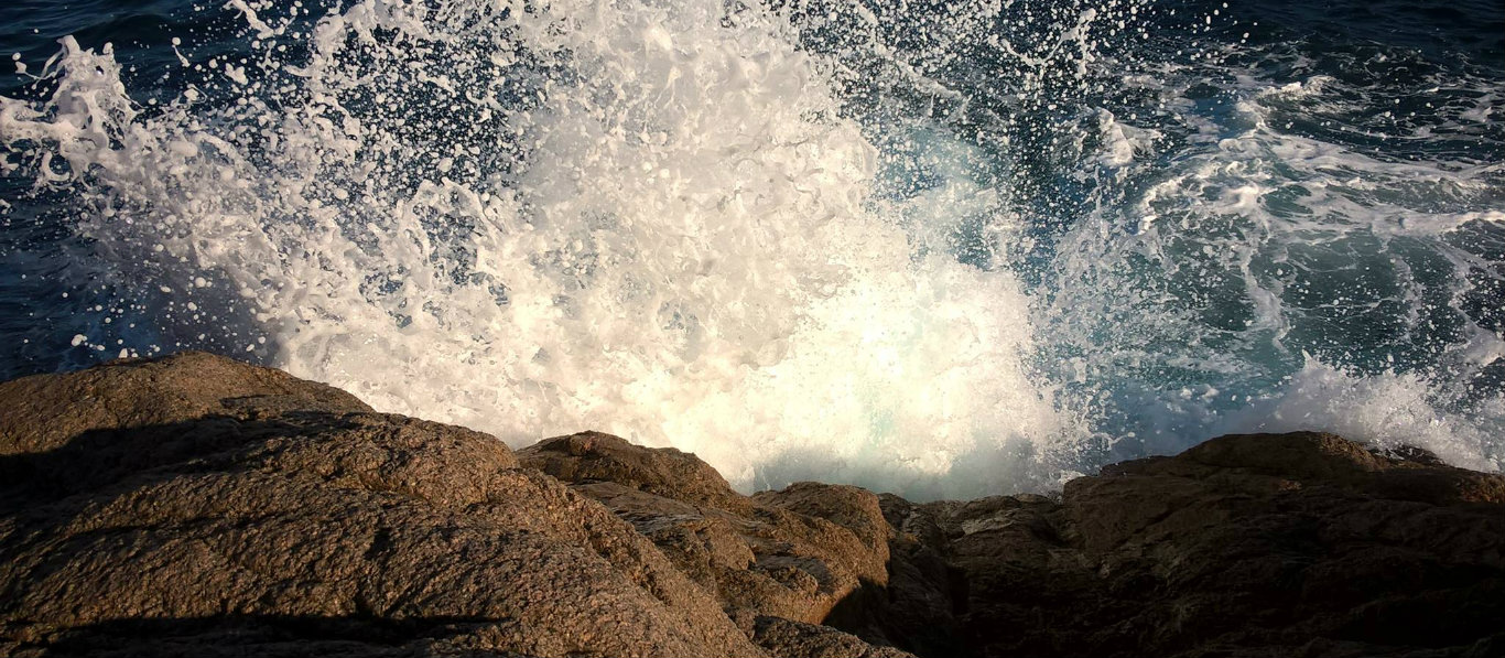 Big wave on rocks Sant Feliu 1366 x 597